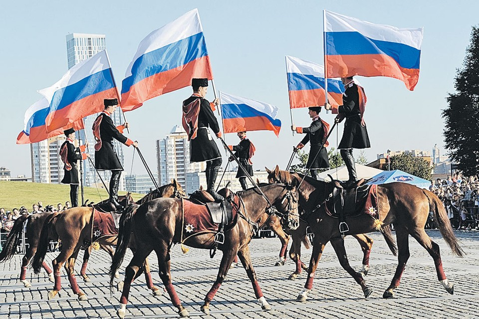 Сейчас 12 июня мы празднуем: кавалеристы гарцуют, народ гуляет, вечером - красочный фейерверк. Этот нынешний праздник развала прежней страны принес нам Ельцин. При власти которого по-иному быть не могло.