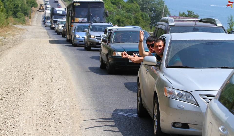 Народ проводит сидит в машинах по несколько часов