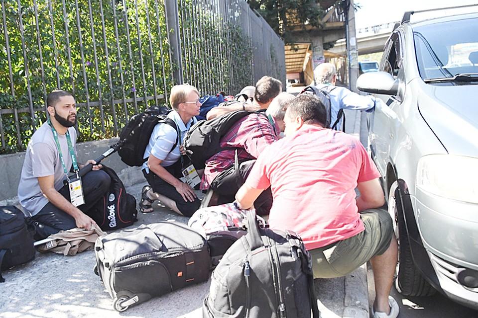 Журналисты укрылись за машиной