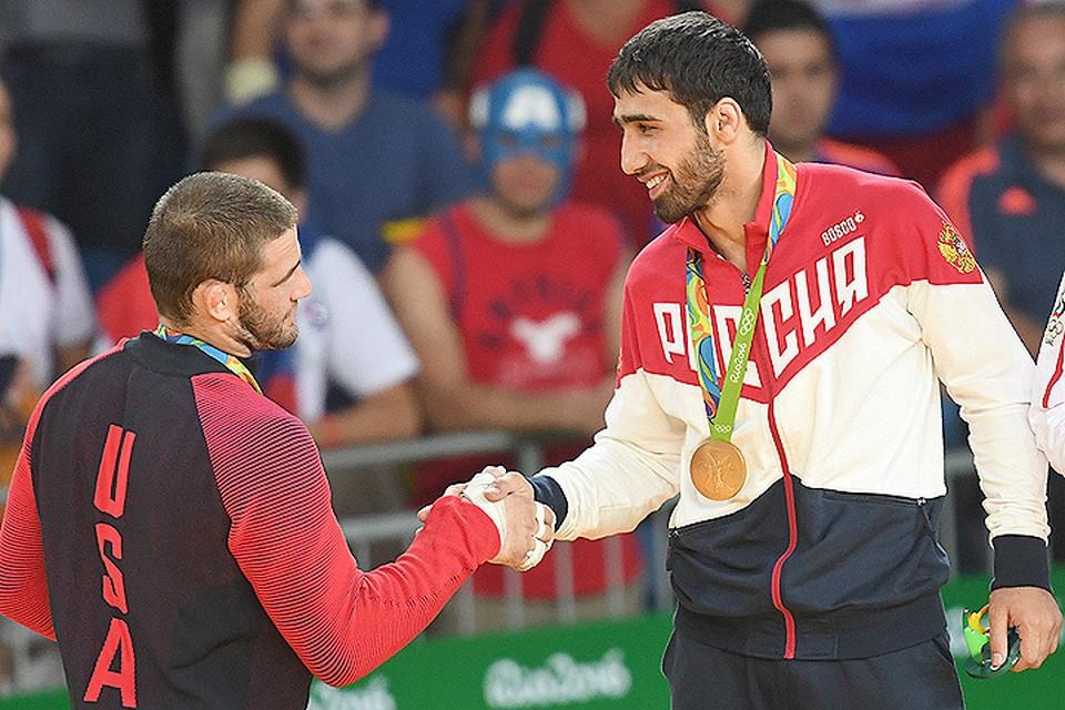 Американский дзюдоист Трэвис Стивенс поздравляет олимпийского чемпионат Хасана Халмурзаева.