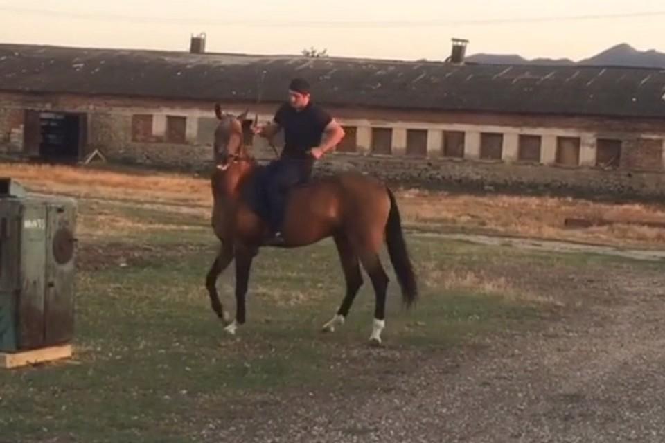 Абдулрашид Садулаев на коне. Фото: Youtube