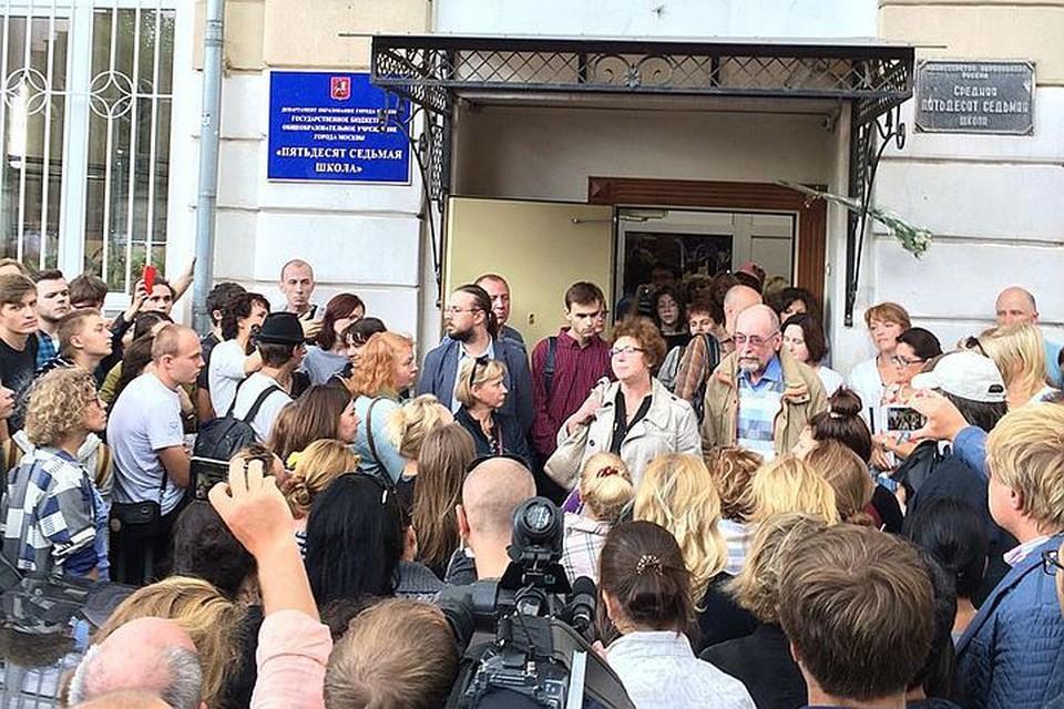 Почему эта школа заработала 1-го сентября? Почему не опечатаны двери? Фото: Википедия