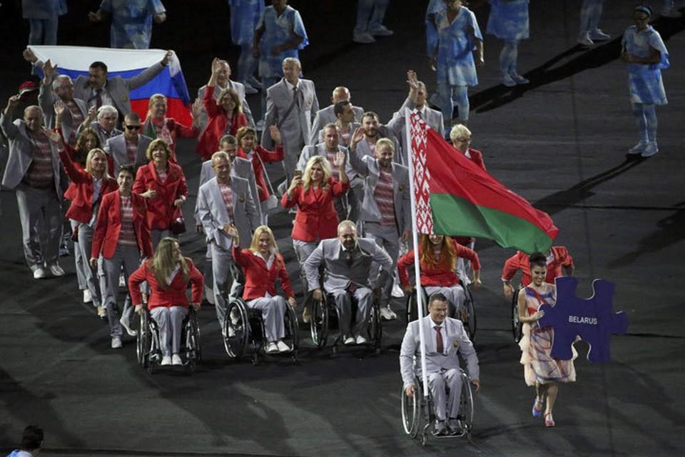 На церемонии открытия Паралимпийских игр в Бразилии один из членов белоруской делегации появился с флагом России/ Фото: Reuters
