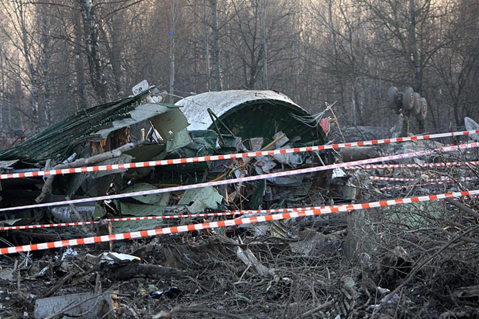 Самолет тогда столкнулся с деревьями, рано начав снижаться и разрушился