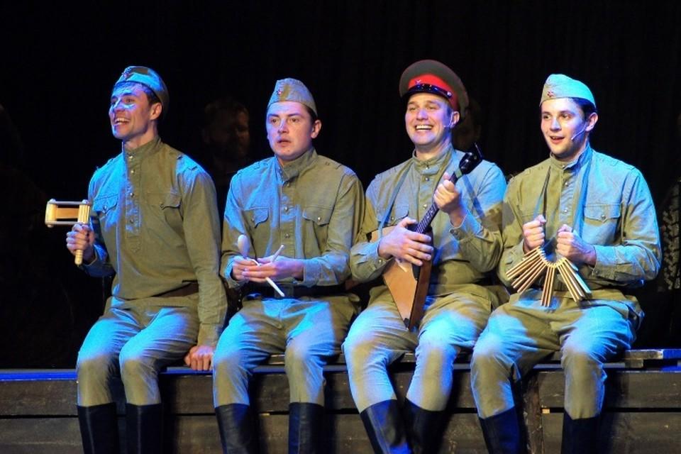 Специально для гастролей в нашем городе в солдатских анекдотах герои спектакля упомянули Кенигсберг.