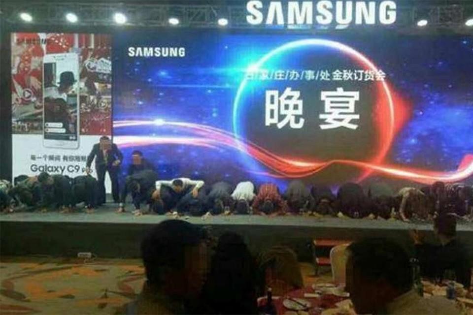 Около 20 топ-менеджеров корпорации Samsung встали на колени на сцене.