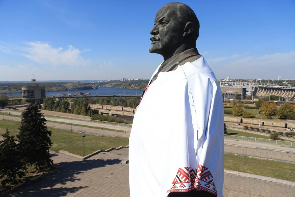 Памятник В.И.Ленину в Запорожье переодели в 2014 году в национальную рубаху-вышиванку. Фото: Константин Сазончик/ТАСС