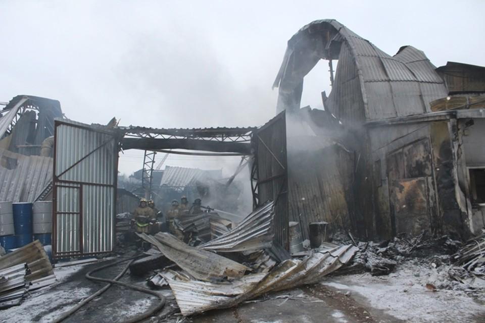 Огонь уничтожил склад полностью.