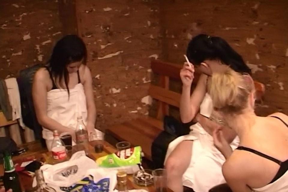 Пригласили проституток в баню шлюхи