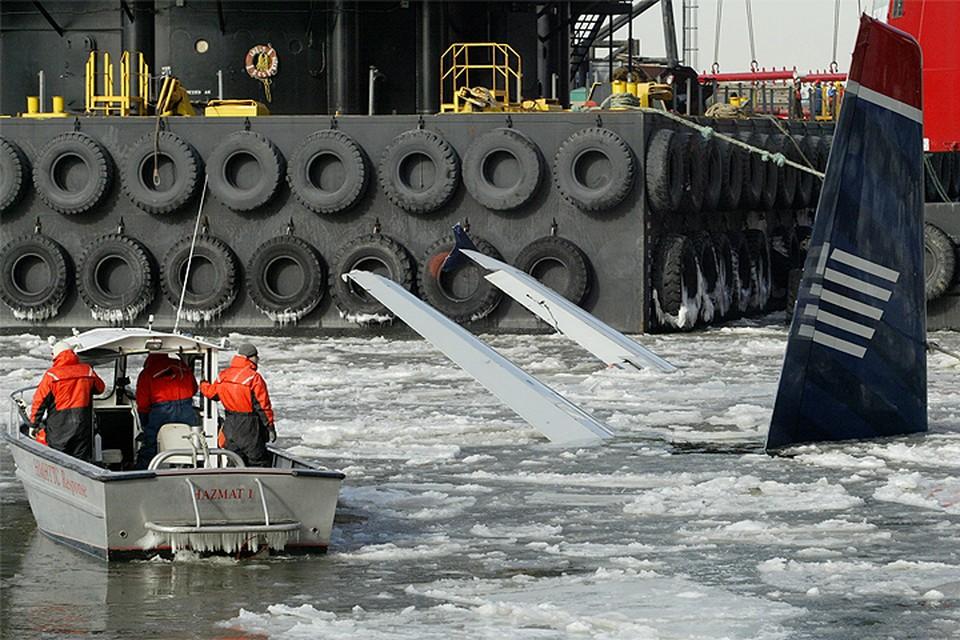 """Январь 2009 года. Спасательные работы на месте аварийной посадки лайнера Airbus A320, получившей название """"Чудо на Гудзоне""""."""