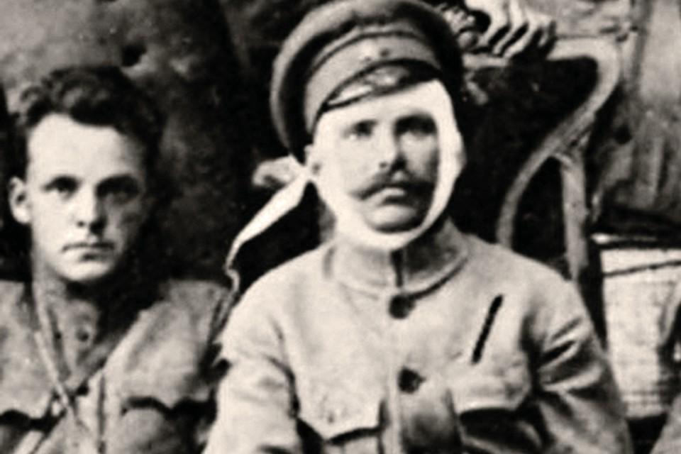Фурманов (слева) и раненный в голову с вражеского аэроплана Чапаев.