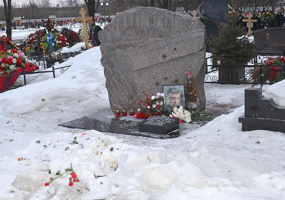 Могила политика Бориса Немцова на Троекуровском кладбище.