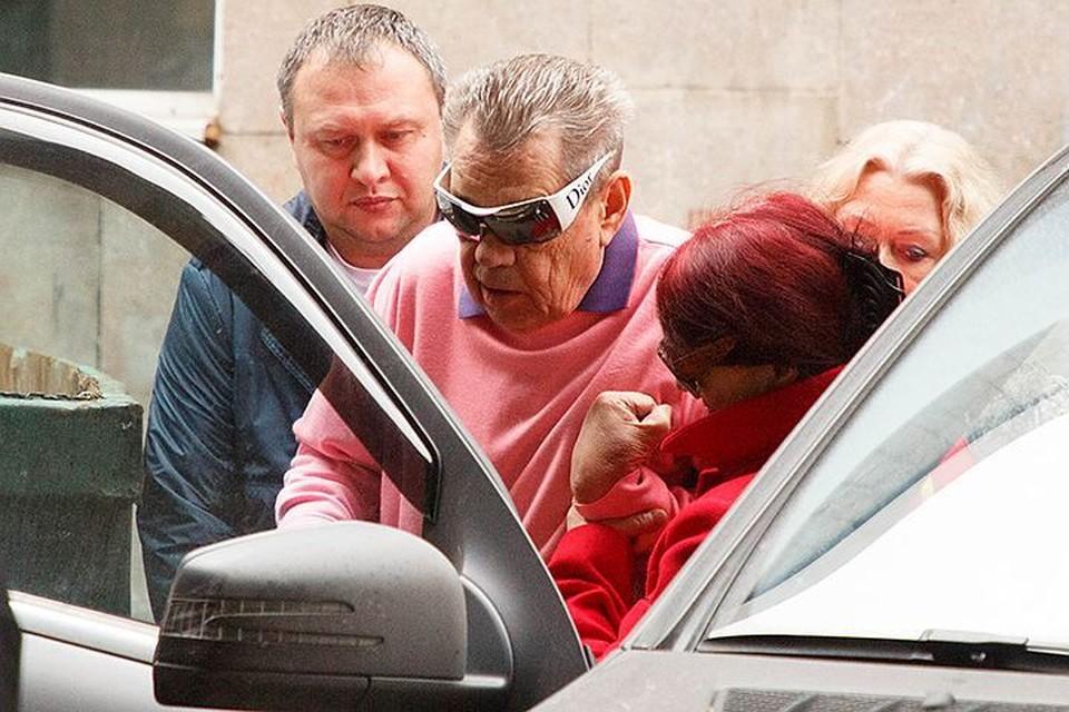 В пятницу Людмила Поргина забрала мужа из больницы. Синяки вокруг глаз, оставшиеся после удара, Николай Петрович прятал за темными очками.