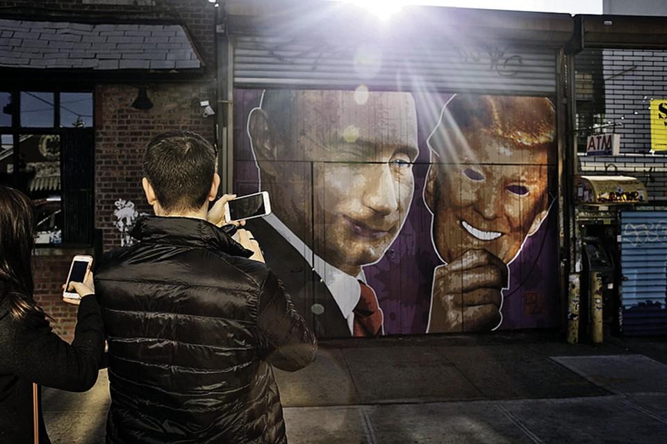 Райончик Уильямсбург в Бруклине - известное хипстерское место в Нью-Йорке. Модное граффити: Владимир Путин с маской Дональда Трампа. Народ радостно делает селфи. И не задумывается. А чего думать - тебе предложено красивое объяснение происходящего. Во всем виновата Россия, за всем стоит зловещий президент нашей страны... И кого после этого обвинять в пропаганде? Фото: Spencer Platt/Getty Images