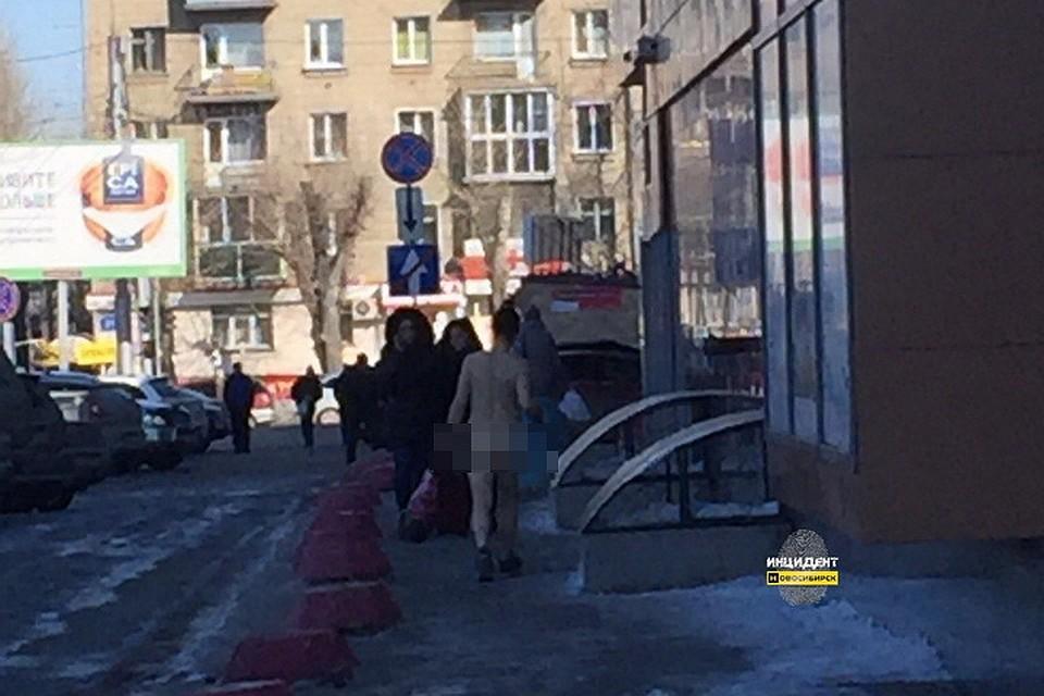 голая девушка раздетая в коридоре школы видео