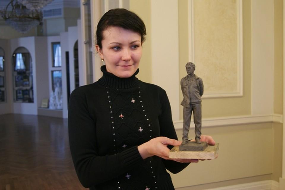 Сотрудник музея истории города Иркутска с победившим в конкурсе эскизом