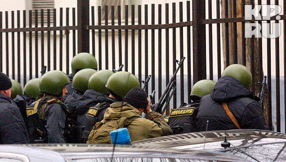 Бойцы спецназа  готовятся к штурму.