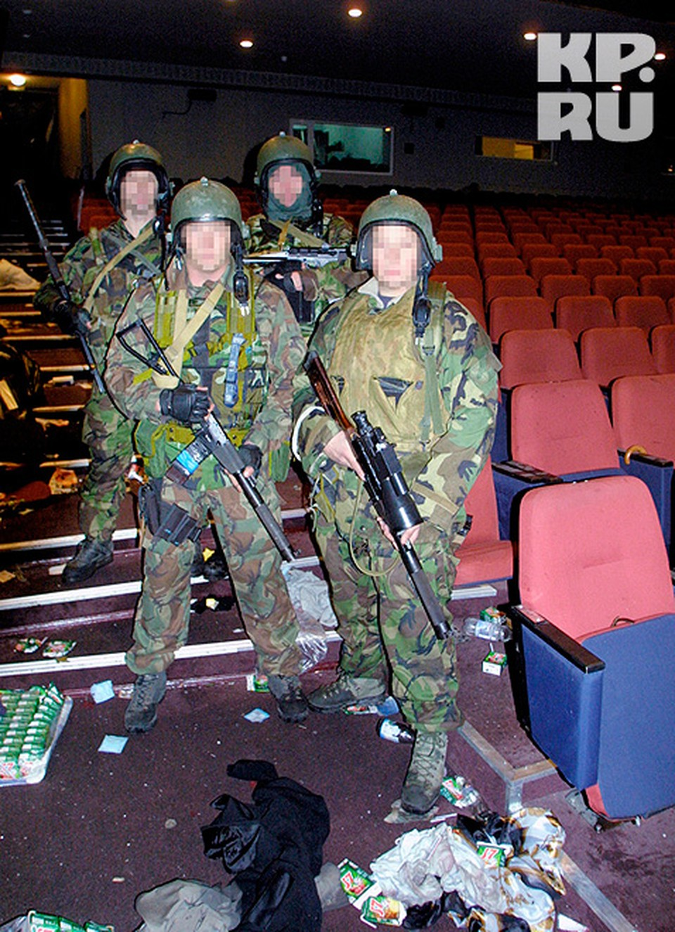 Бойцы спецназа сразу после штурма. 26 октября 2002 г.