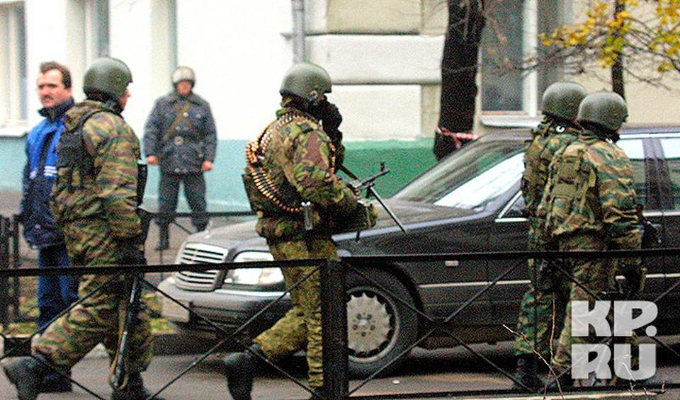 Бойцы спецназа у здания Театрального центра на Дубровке.