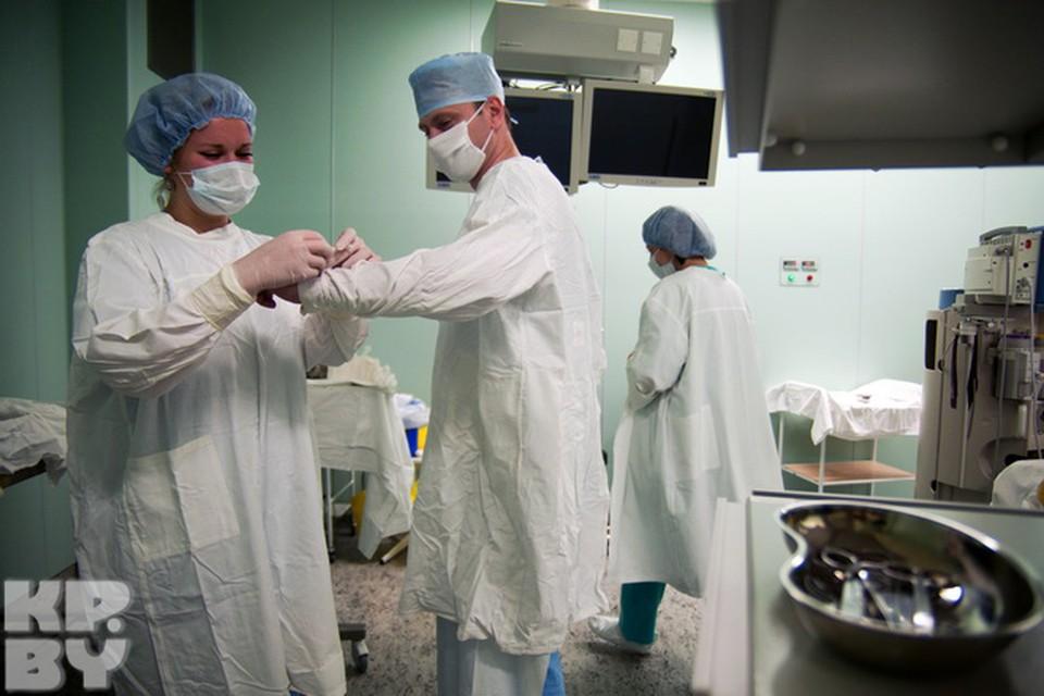 Слаженная команда профессионалов, всё отточено как часовой механизм. Перед тем, как  приступить к операции, хирург тщательно моет руки в дезинфицирующем растворе. А стерильный халат ему уже одевают ассистент  в операционной.