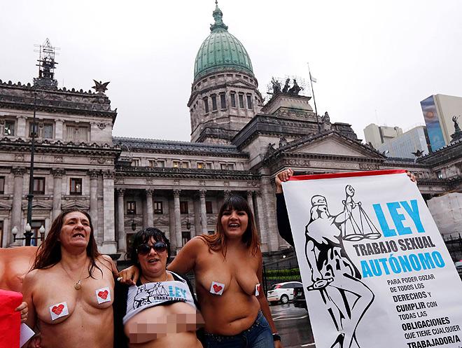 Русскую проститутку заказали на толпу онлайн
