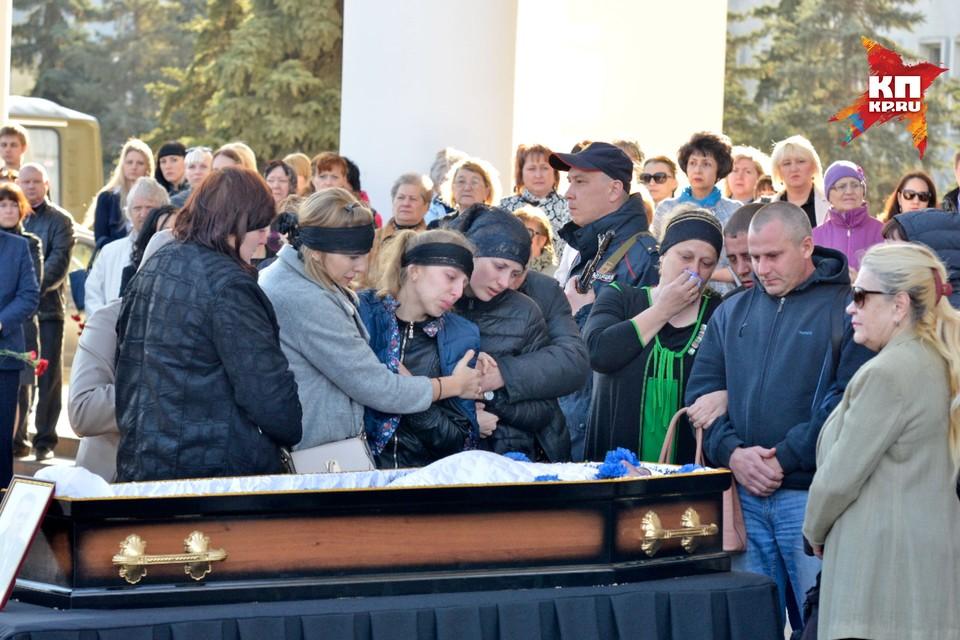 Родные Андрея Гошта у гроба полковника полиции