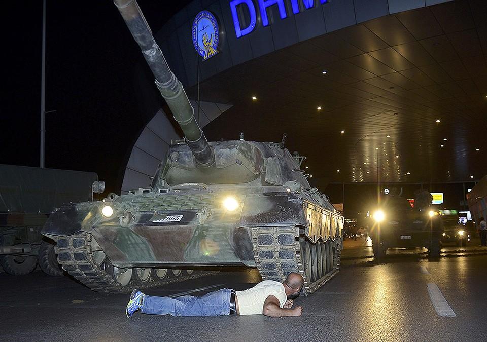 Мужчина бросается под танк мятежников у аэропорта Ататюрк в Стамбуле.