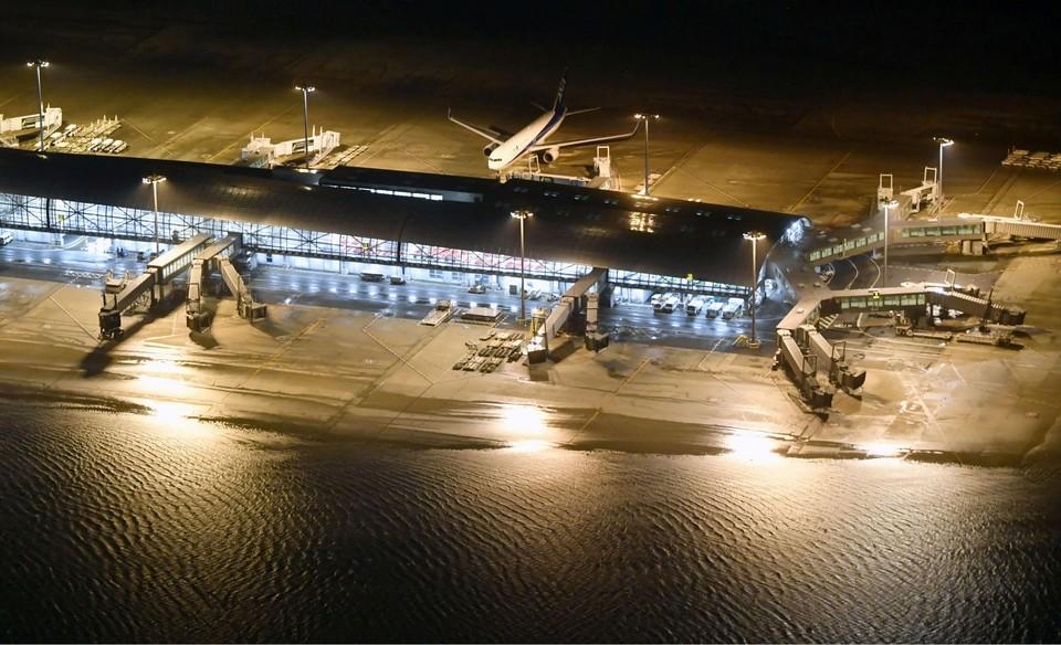 Международный аэропорт Кансай в японском городе Осака оказался затоплен из-за проливных дождей, вызванных мощным тайфуном «Джеби».
