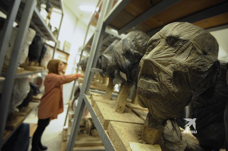 Глиняные головы в аудитории УрГАХУ