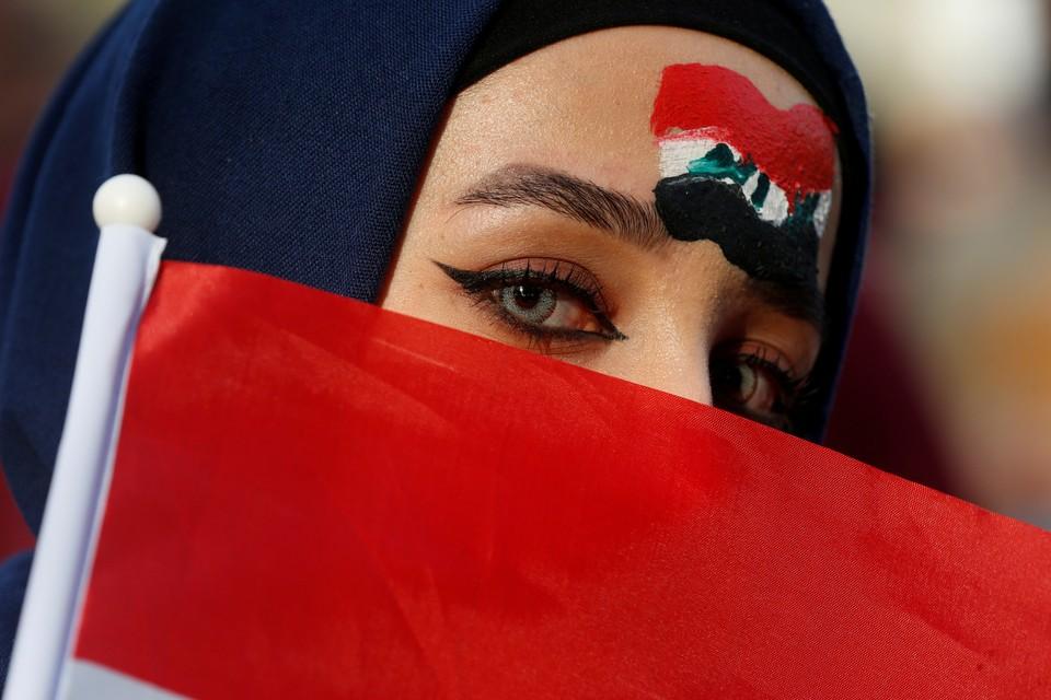 Болельщица перед началом футбольной игры между сборными Ирака и Ирана в Багдаде.