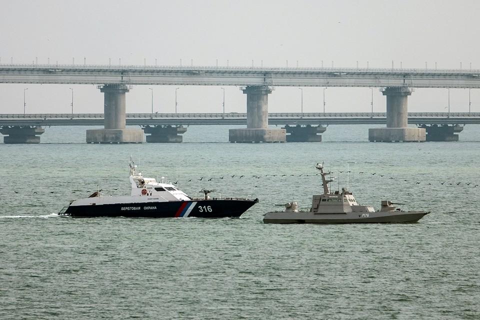 Украинские катера, которые были задержаны в Крыму за нарушение российской границы в ноябре прошлого года, покинули место стоянки в керченском порту. Корабли будут переданы украинской стороне в нейтральных водах
