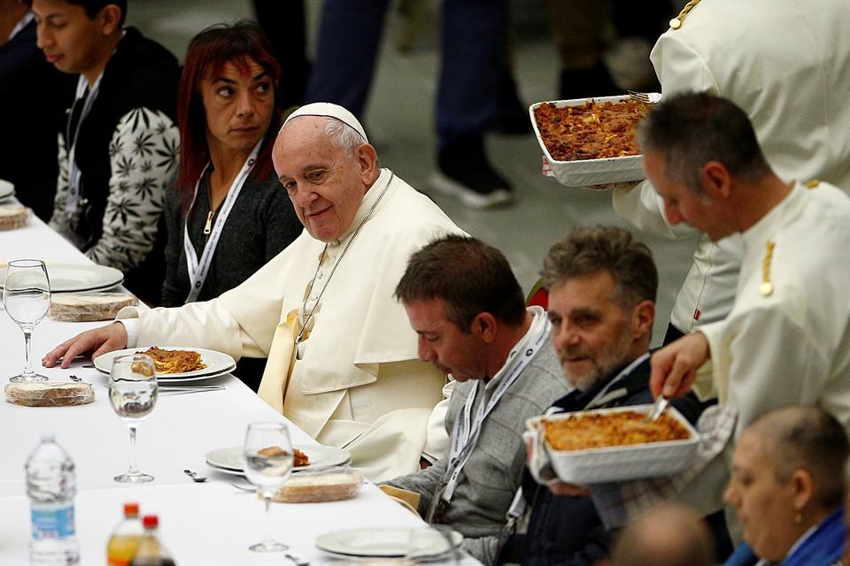 Около 1500 бедных и бездомных были приглашены на обед c Папой по случаю Всемирного дня бедных в Ватикане