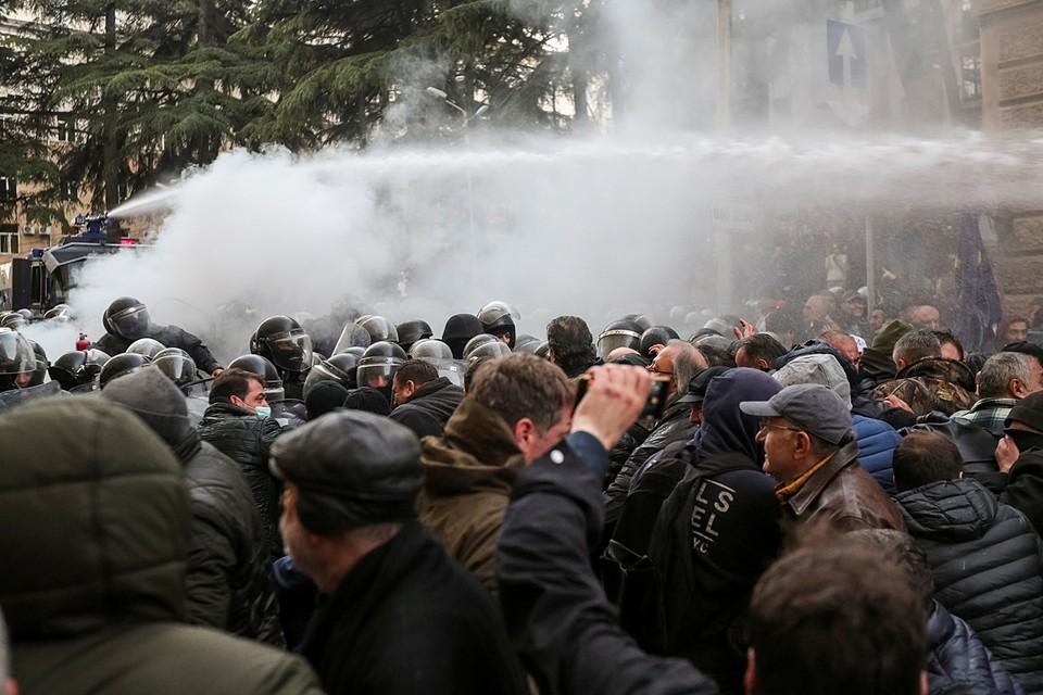Полиция применила водометы у здания парламента Грузии против протестующих в Тбилиси