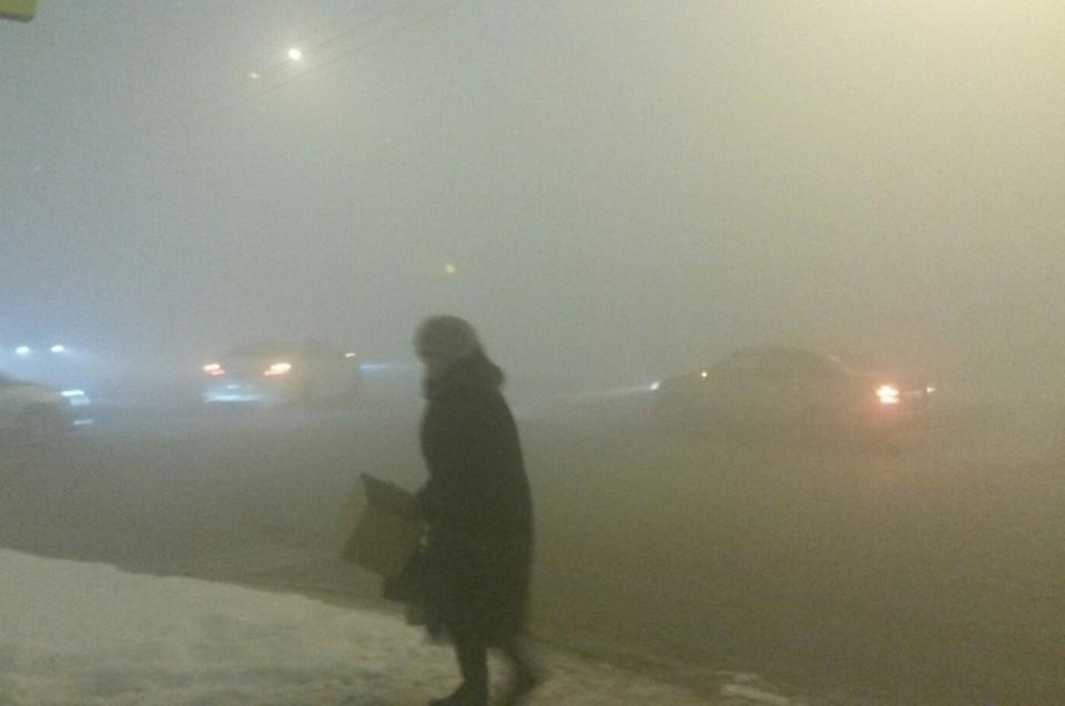 Густой смог накрыл город Кемерово. В некоторых районах видимость не превышала нескольких метров. Причина смога - безветрие, из-за которого вредные вещества скапливаются возле земли.