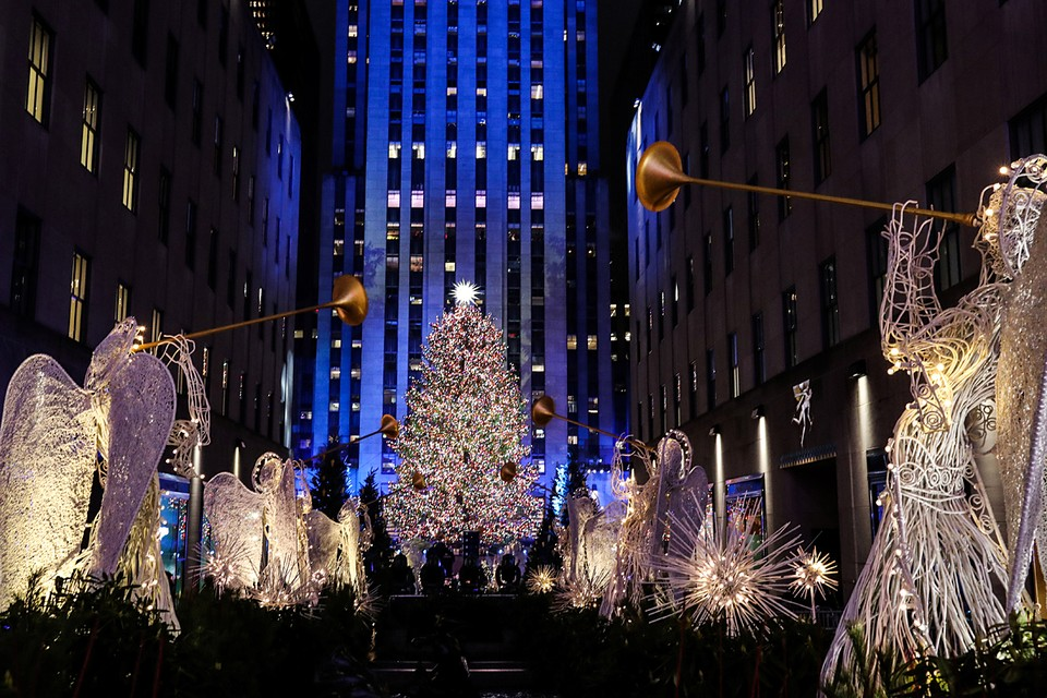 У Рокфеллер центра в Нью-Йорке прошли торжества по случаю освящения главной рождественской елки