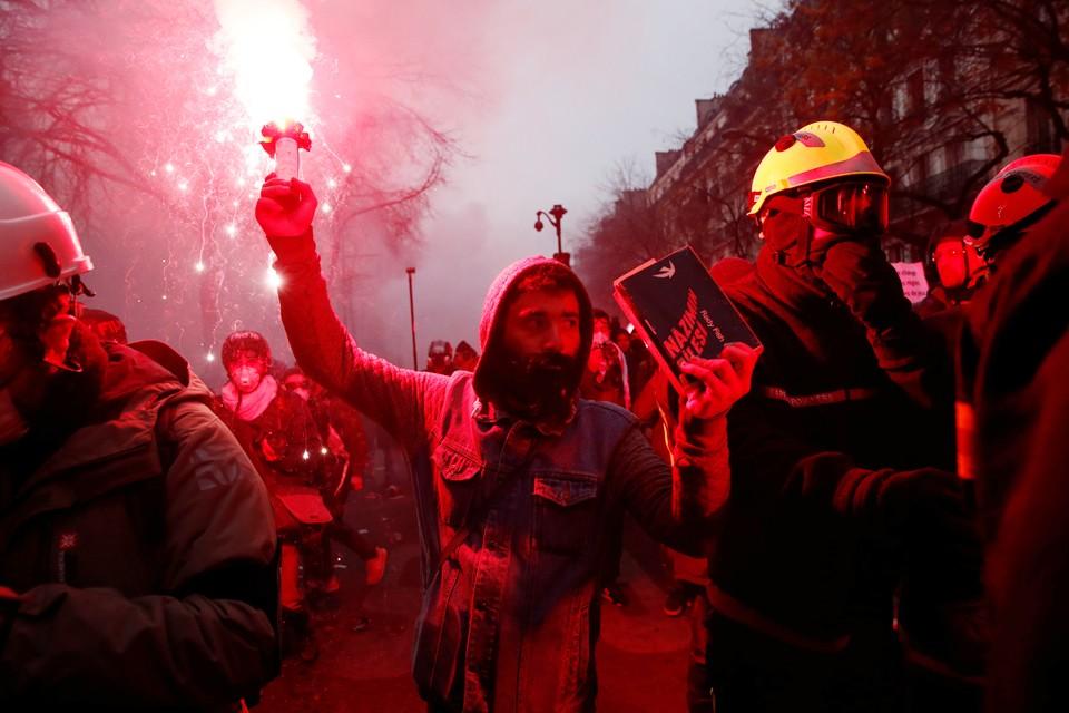 Акции протеста против пенсионной реформы в Париже и по всей Франции собрали сотни тысяч участников