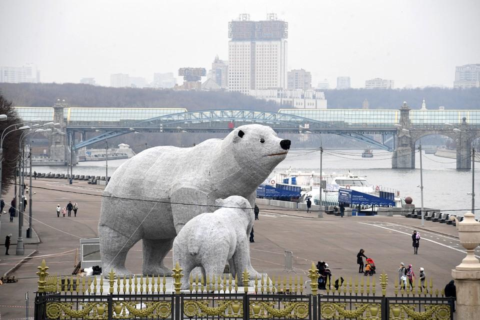 В Парке Горького к Новому году установили фигуры гигантских медведей. Белые мишки высотой около десяти метров стоят на Пушкинской набережной неподалеку от Крымского моста.