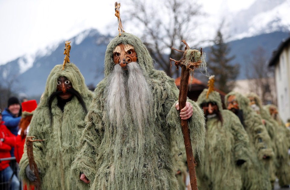 Раз в пять лет в Австрии проходит праздник Шлихерлауфен, похожий на русскую Масленницу. Участники фестиваля, наряженные монстрами, символизируют собой потусторонний, мистический мир.