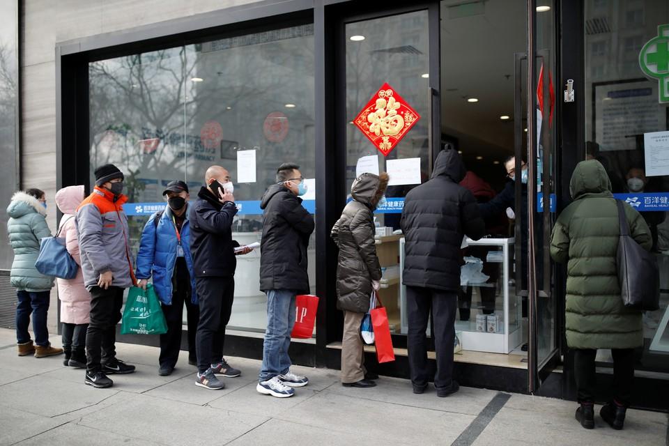 В Пекине из-за эпидемии коронавируса в аптеки, которые теперь отпускают товар с прилавков прямо на улицу, покупатели выстраиваются в очередь за медицинскими масками.