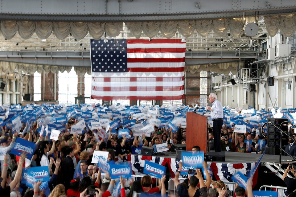 Кандидат в президенты США Берни Сандерс выступает перед своими сторонниками.