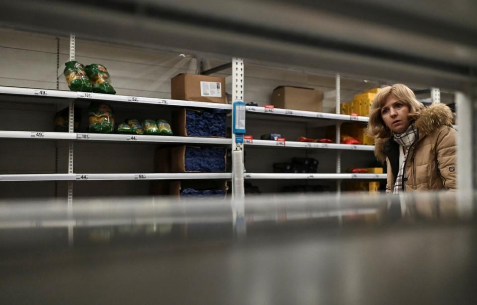 Покупатель у полок с гречкой в одном из супермаркетов Москвы.
