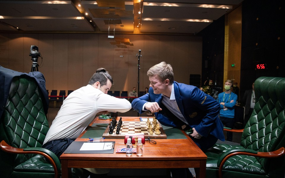 Участники шахматного турнира в Екатеринбурге приветствуют друг друга по последней моде.