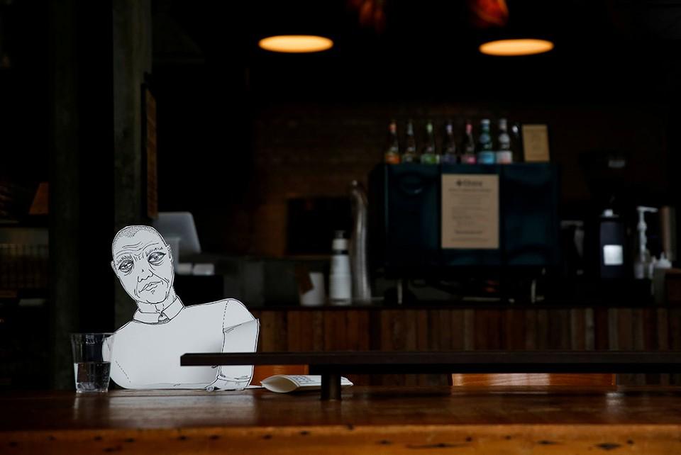 В американском бистро в городе Сиэтле, которое на время карантина по коронавирусу работает только на вынос, усадили за барные стойки бумажных посетителей.