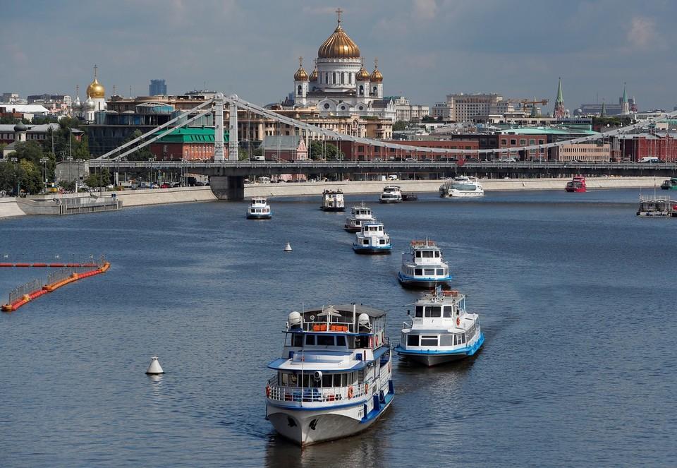 Возобновление навигации по Москва-реке отметили небольшим парадом речных трамвайчиков.
