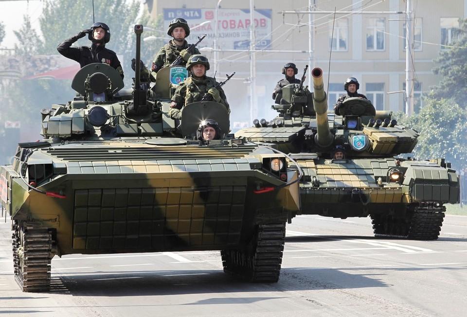 Бронетехника ДНР во время Парада Победы в Донецке.