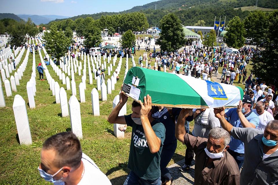 В Боснии и Герцеговине вспоминают жертв геноцида в Сребренице.  В 1995 году там были убиты более восьми тысяч мусульман