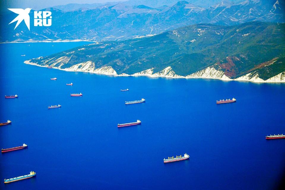 Корабли стоят на рейде  у крупнейшего торгового порта России Новороссийска. Суда прибыли для входа в Цемесскую бухту. Основные экспортные грузы в порту это зерно и нефтепродукты