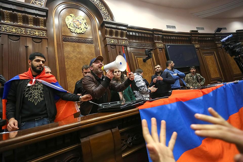 После появления новостей о перемирии в Нагорном Карабахе, в Ереване начались беспорядки. Недовольные подписанным соглашением ночью ворвались в здания парламента и правительства Армении.