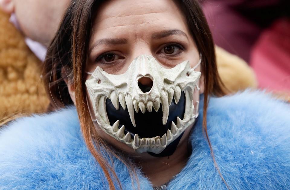 Посетительница митинга в Праге, на котором собравшиеся потребовали отмены жестких мер карантина, введенных властями Чехии.