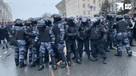 Протестующие окружили бойцов ОМОН в центре Москвы